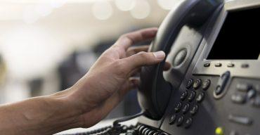 Funcionário fazendo uso de telefone da empresa