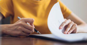 Mulher assina Contrato de Trabalho30 Contrato De Trabalho