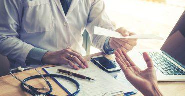 Profissional de medicina com atestados médicos