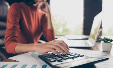mulher calcula o reajuste salarial
