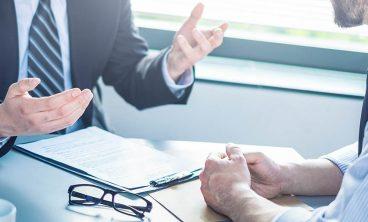 Empresa e empregado conversando sobre o acordo de dissídio coletivo